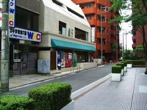 写真中央、緑のひさしの建物の側道が近道です!