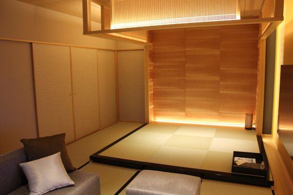 上の写真と同じアングルの写真ですが、襖を閉めると奥のベッドルームとの間に仕切りが作られ、それぞれのプライベートが保たれます。